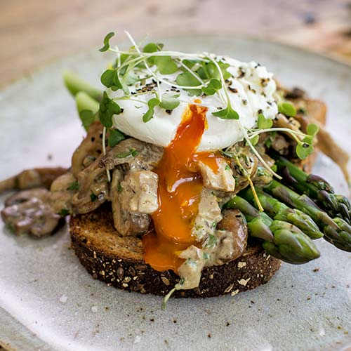 POACHED EGGS WITH CREAMY MUSHROOMS AND ASPARAGUS